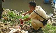 CSGT cứu người đàn ông đang chới với giữa dòng nước xiết