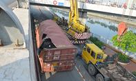 Hơn 7 giờ 'giải cứu' xe container bị lật trên cầu ở Sài Gòn