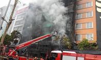 Clip: Khẩn trương cứu nhiều người bị kẹt trong đám cháy dữ dội tại Hà Nội