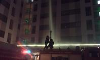 Cháy chung cư cao tầng, người dân nháo nhào bỏ chạy