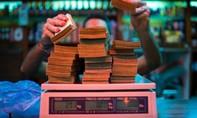 Lạm phát phi mã, người dân Venezuela phải cân tiền để mua thực phẩm