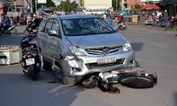 Ô tô tông 4 xe máy ở ngã tư, nhiều người bị thương