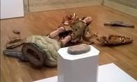 Mải mê chụp ảnh 'tự sướng' làm bể bức tượng 400 năm tuổi