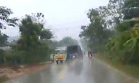 Clip: Chạy ẩu trong trời mưa, xe tải gây tai nạn kinh người