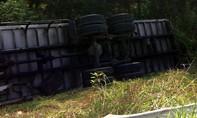 Xe tải chở hàng lật ngang trên cao tốc, tài xế bị thương nặng