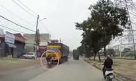 Clip vượt ẩu không quan sát lái xe máy suýt nằm dưới gầm xe tải