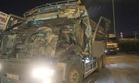 Xe ben tông xe tải, tài xế kêu cứu trong cabin
