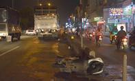 Ngã vào làn ô tô, đôi nam nữ bị xe tải cán thương vong