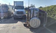 Ô tô lật trước đầu container, 2 kỹ sư xây dựng thoát chết