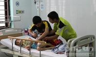 Ngộ độc thực phẩm, chị tử vong, em nhập viện