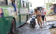 CSGT lội nước đẩy xe chết máy giúp dân vượt qua triều cường