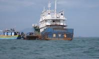 Lai dắt tàu cá vỏ thép có chữ Trung Quốc không rõ danh tính vào bờ