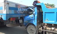 Xe tải cẩu lôi xe ben cùng tài xế hơn 200m trên đường