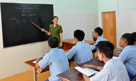 Người thầy trong màu áo lính của những học sinh ngỗ ngược