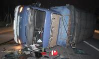 Xe tải lật ngang đường, người dân phá cửa cứu tài xế và phụ xe