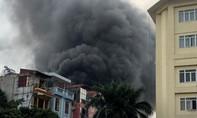 Sau nhiều tiếng nổ, ngọn lửa bao trùm căn nhà 3 tầng