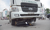 Xe bồn cán gần đứt lìa chân của người đàn ông đi xe máy