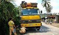 Xe tải cán nát xe tay ga, khiến cặp vợ chồng bị thương nặng