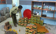 Đột kích cơ sở sản xuất nước sốt lẩu thái, sa tế tôm… bẩn