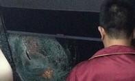 Xe khách bị ném đá khiến nhiều người bị thương
