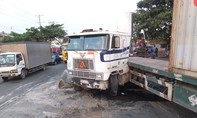 Container ủi bay dải phân cách, giao thông ách tắc