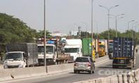 Hai vụ va chạm, giao thông lên cầu Phú Mỹ bị ùn ứ gần 5km