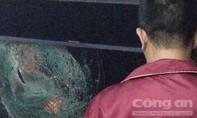 Bắt giữ hai thanh niên ném đá xe khách