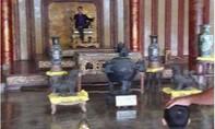 Xôn xao bức ảnh nam thanh niên ngồi trên ngai vàng trưng bày