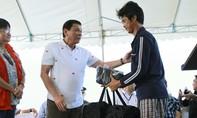 Tổng thống Duterte đích thân tiễn 17 ngư dân Việt Nam về nước