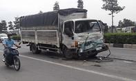 Xe tải 'hôn đuôi' container, 3 người kẹt cứng trong cabin