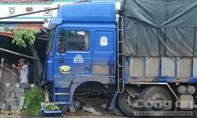 Xe tải mất lái đâm thẳng vào nhà dân, văng cả bánh xe ra ngoài