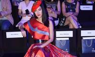 Hoa hậu Hoàn vũ Singapore lộng lẫy trên thảm đỏ Vietnam International Fashion Week