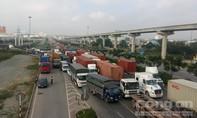 Thùng container rơi khỏi xe, giao thông ùn tắc nhiều giờ liền