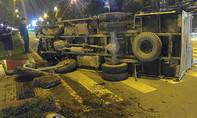 TP.HCM: Người dân giải cứu tài xế kẹt trong xe tải bị lật trên đường