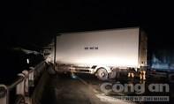 Xe tải tông vào lan can vì sụp lỗ thủng gần 2 mét trên cầu Nhị Mỹ