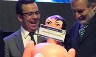 """Chile """"nóng"""" chuyện bộ trưởng kinh tế được tặng búp bê tình dục"""