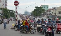 Xe máy đua nhau rẽ trái gây nguy hiểm dưới chân cầu Chữ Y