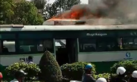 Xe buýt đang chạy bốc cháy trên đường phố Sài Gòn