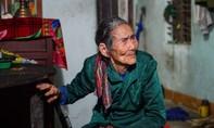 Vợ chồng già, mù nương tựa nhau qua cơn bão