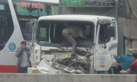 Xe tải tông container khiến lái xe gãy chân