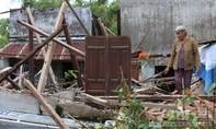 Vợ chồng cụ già khóc cạn nước mắt bên căn nhà đổ nát do mưa lũ