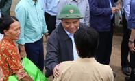 Thủ tướng Nguyễn Xuân Phúc đến vùng lũ thăm hỏi người dân