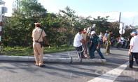 CSGT cùng người dân dọn trụ điện ngã ngang QL1A