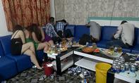 Tiếp viên nhà hàng thoát y, tắm bia chiều khách ở Sài Gòn
