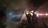 Cửa hàng sửa chữa xe máy bốc cháy dữ dội trong đêm