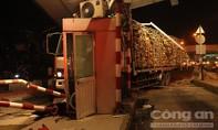 Xe tải chở gỗ tươi tông sập phòng vé trạm thu phí
