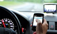 Từ 1-1-2017, tài xế ô tô nghe điện thoại khi chạy xe bị phạt 800.000 đồng