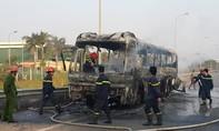 Xe khách bốc cháy ngùn ngụt trên Đại lộ, 40 hành khách thoát chết