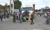 Hai vợ chồng bị xe container cán thương vong