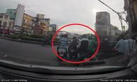 Người phụ nữ bị dàn cảnh móc túi trên phố Sài Gòn